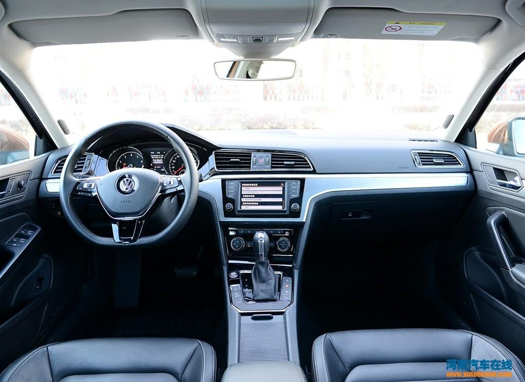 【河南汽车在线】2015年1月9日,上海大众正式宣布旗下全新紧凑型车凌渡正式上市,这款基于MQB模块化平台打造的全新车型,其整体更偏向运动定位。据悉,新车共推出三种动力配备共七款细分车型可供消费者选择,其售价区间为14.59万元-21.39万元。    外观方面,上海大众凌渡前脸运用了大众最新的家族式前脸造型设计,两侧前大灯内部配备有光带式的LED日间行车灯。尾部造型部分,凌渡的尾部样子相当简洁,两侧尾灯线条也锋利十足。另外,该车还配备了单边两出的排气布局以及其他全新样式的轮圈。 车身尺寸方面,上海大众